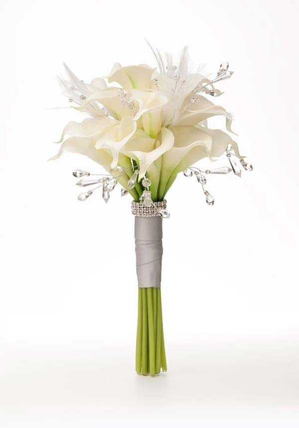 Bouquet nuziale con calle, cristalli, strass e piume.